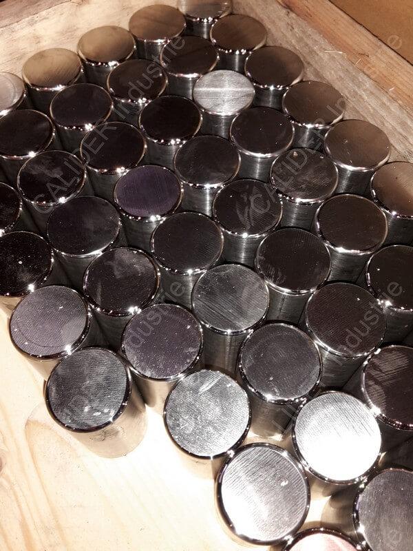 Sciage et rayonnage de pièces en série