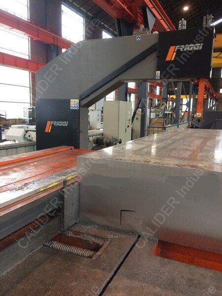 Sciage d'un bloc d'aluminium